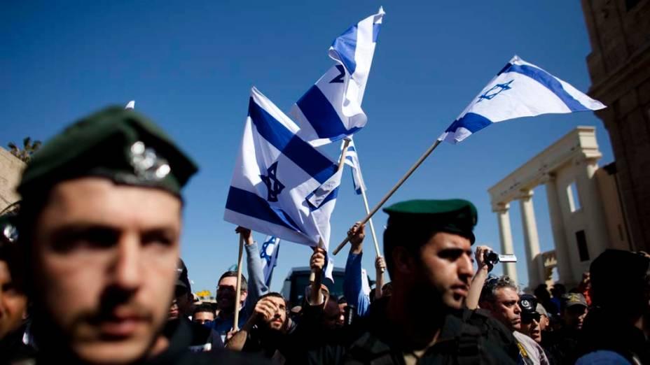 Israelenses, de extrema direita, protestam contra a expansão de movimentos islâmicos em Jaffa, bairro de Tel Aviv onde residem judeus e árabes<br>