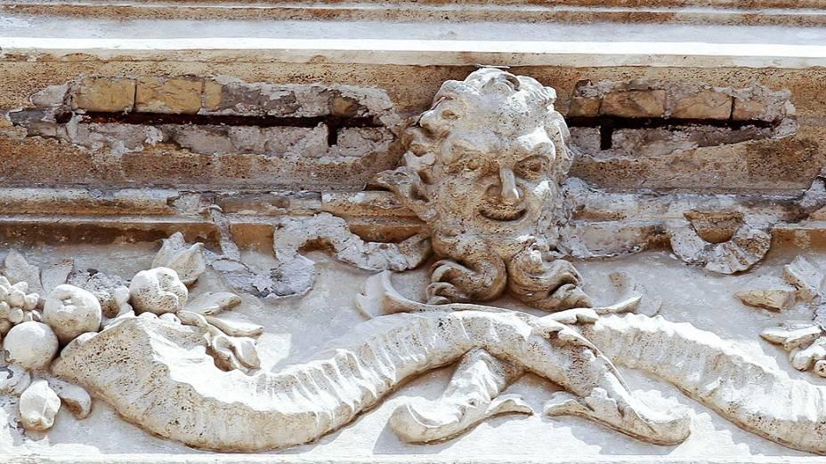 A Fontana di Trevi, famoso monumento de Roma, está perdendo pedaços de sua estrutura. No fim de semana, detalhes do friso superior da fonte se desprenderam, alertando para a necessidade de um novo trabalho de restauração no local