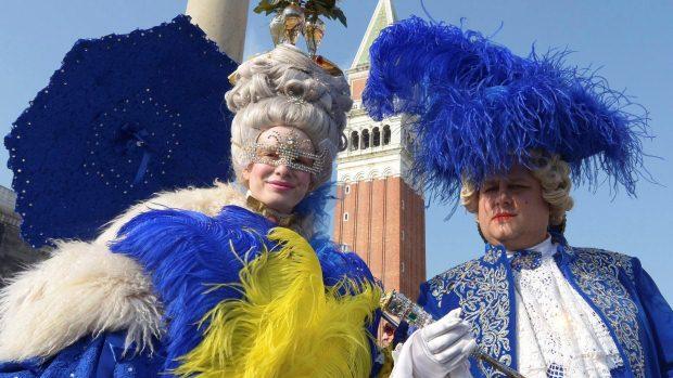 Pessoas fantasiadas para o tradicional Carnaval de Veneza, na Itália - 18/022012