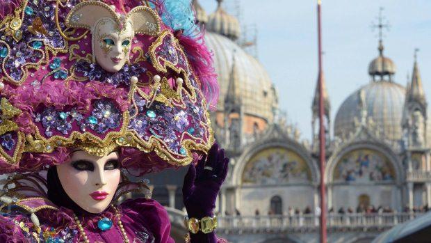 Pessoas fantasiadas para o tradicional Carnaval de Veneza, na Itália - 18/02/2012