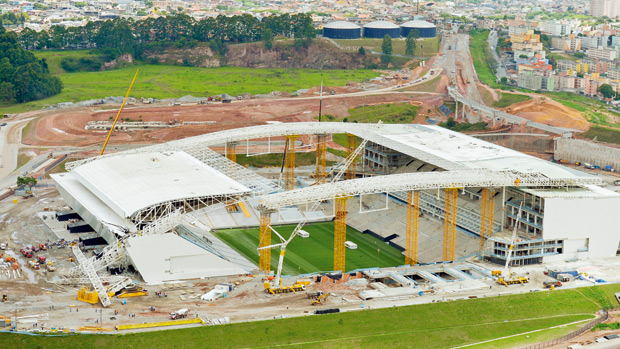 Arena suspensa: o guindaste que desabou (à esq.) e paralisou as obras do Itaquerão: a entrega do estádio atrasará de um a três meses