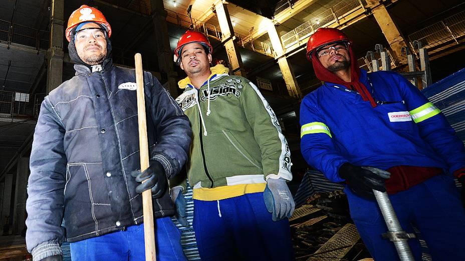 Operários trabalham à noite na construção do estádio Itaquerão