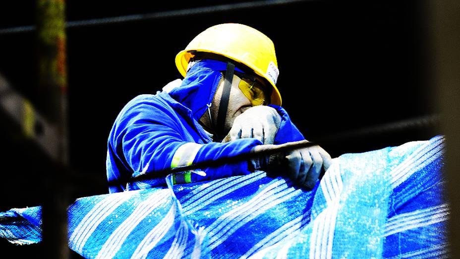 Operário trabalha no lado leste da obra do Itaquerão