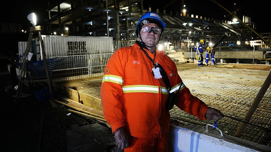 O eletricista Martinho Dos Santos Alcantara durante o expediente na obra do Itaquerão