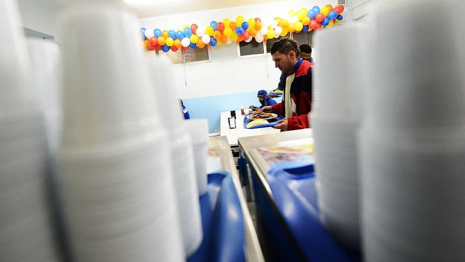 Operários jantam no refeitório da obra à meia-noite, horário em que a comida é servida