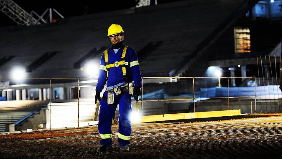 Com iluminação artificial, as obras do futuro estádio do Corinthians estão sendo realizadas também durante a noite