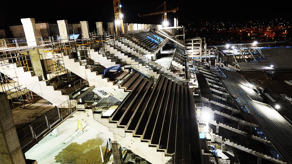Vista noturna das obras no setor oeste do estádio do Corinthians, em Itaquera, região leste de São Paulo