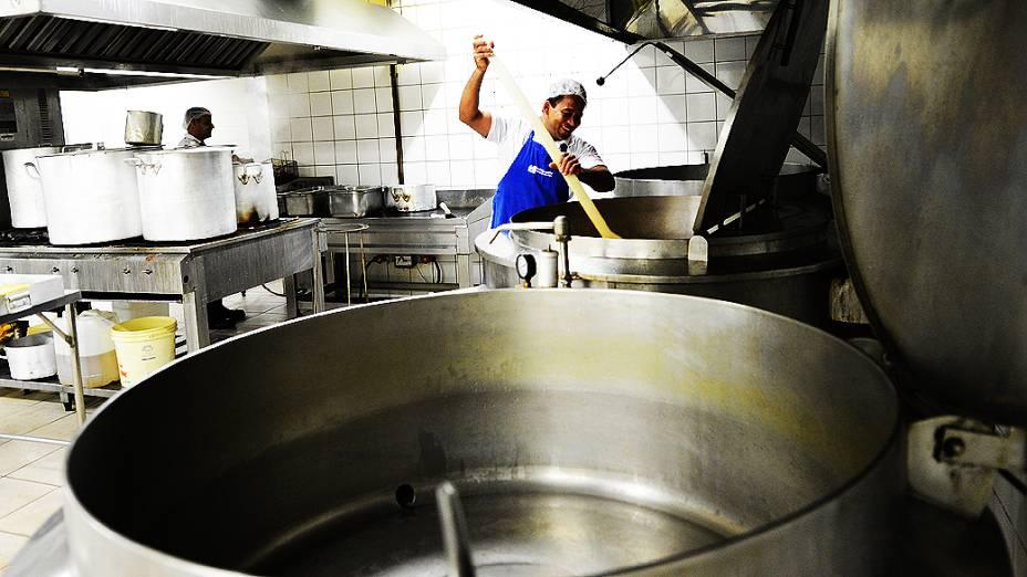Cozinheiros preparam comida para os operários da obra do Itaquerão