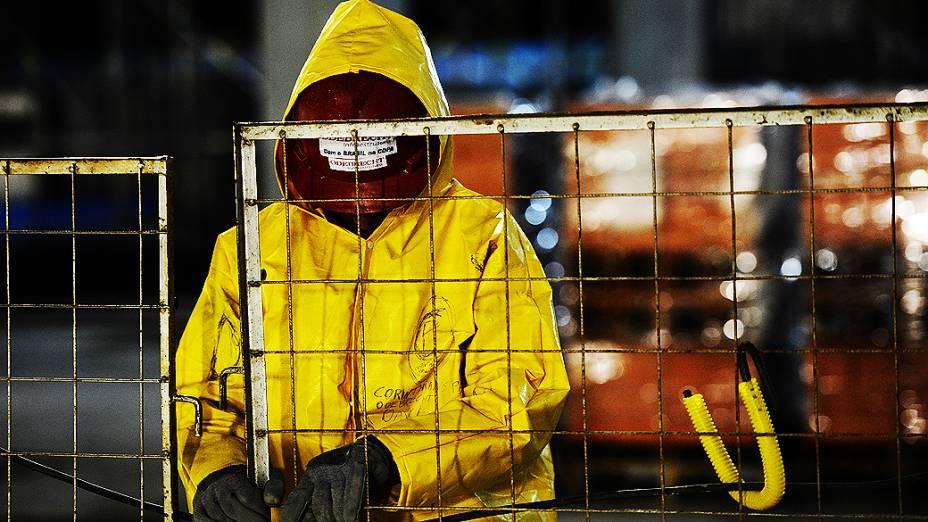 Operário trabalha no setor oeste da obra do Itaquerão