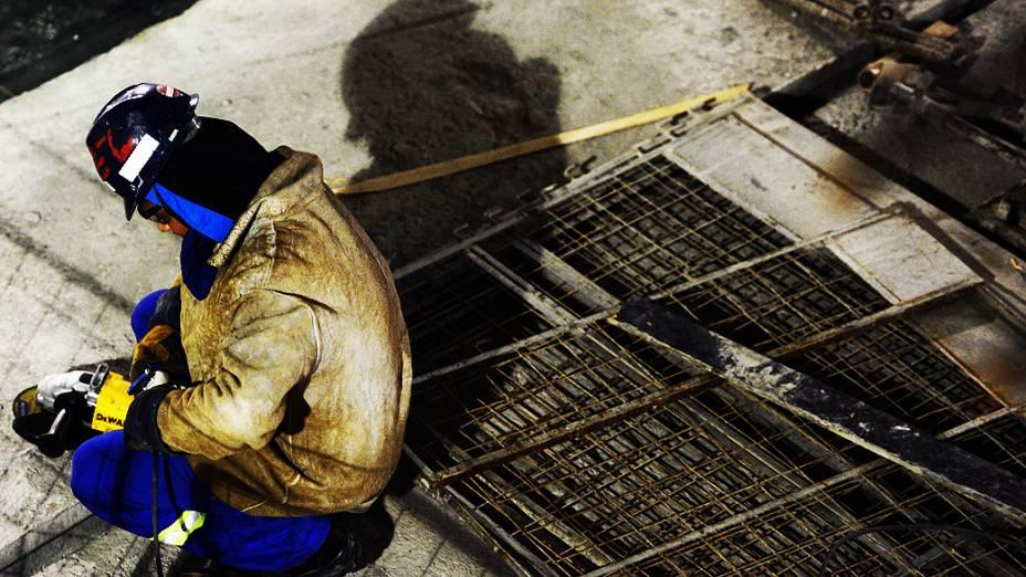 Operários trabalham no setor Leste da obra do Itaquerão