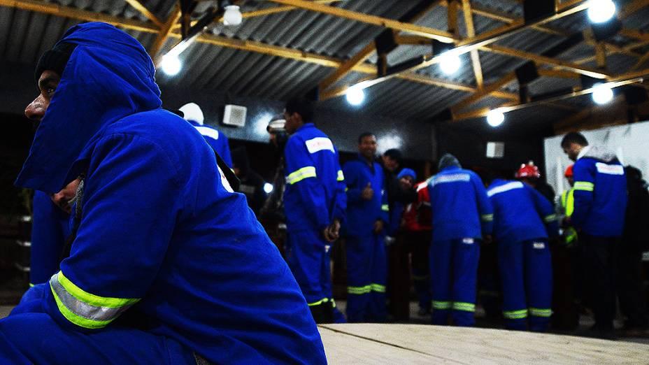 Operários descansam no intervalo das obras do estádio