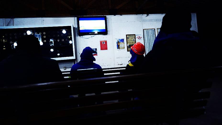 Trabalhadores assistem televisão na área de lazer do canteiro de obras do Itaquerão