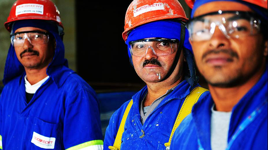 Operários trabalham no setor oeste da obra do Itaquerão