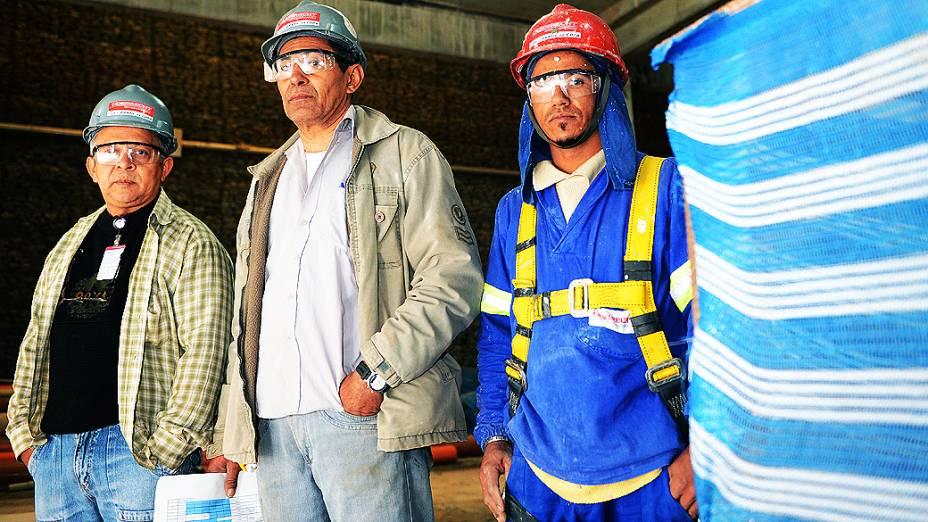 Operários posam para foto no setor oeste durante o expediente, na construção do estádio do Itaquerão