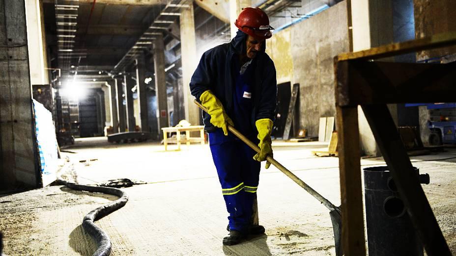 Operário trabalha embaixo das arquibancadas do setor Leste, na construção do estádio do Itaquerão