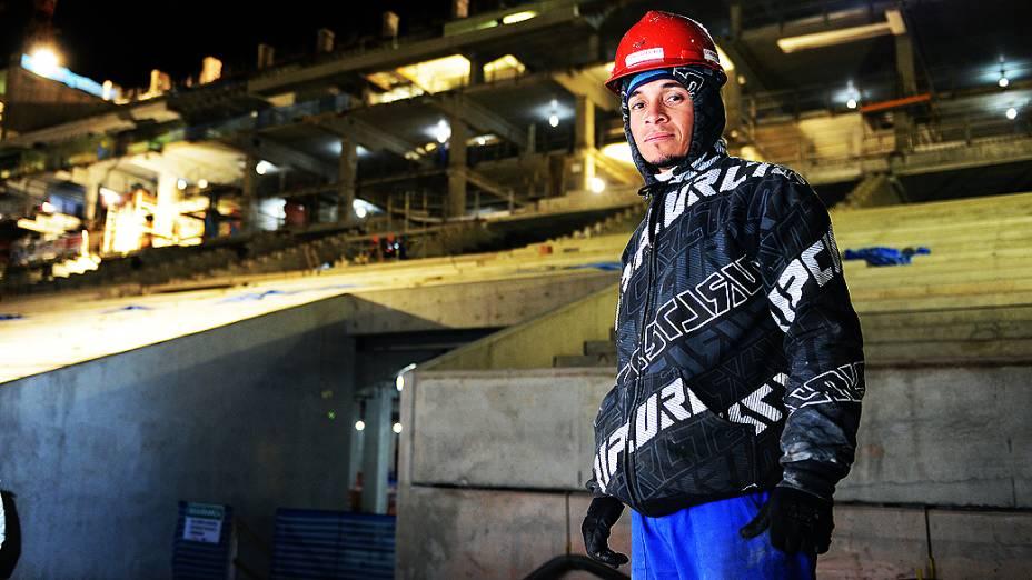 A forte iluminação ajuda os operários a executarem suas tarefas, na construção do estádio do Itaquerão