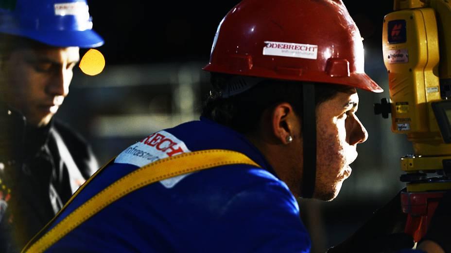 Operários trabalham à noite na construção do novo estádio Corinthians
