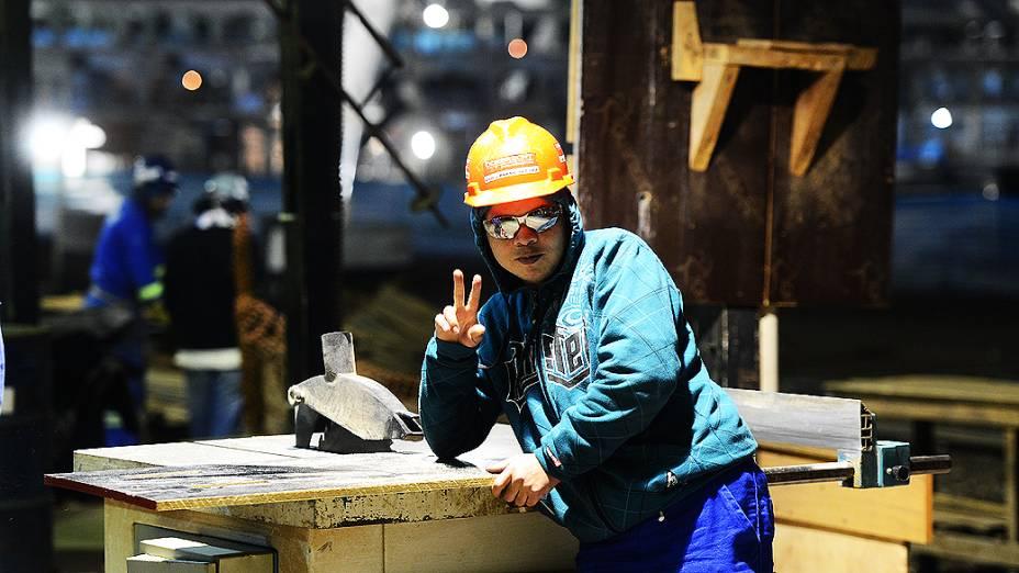 Operário posa para foto no setor de armação durante o expediente, na construção do estádio do Itaquerão