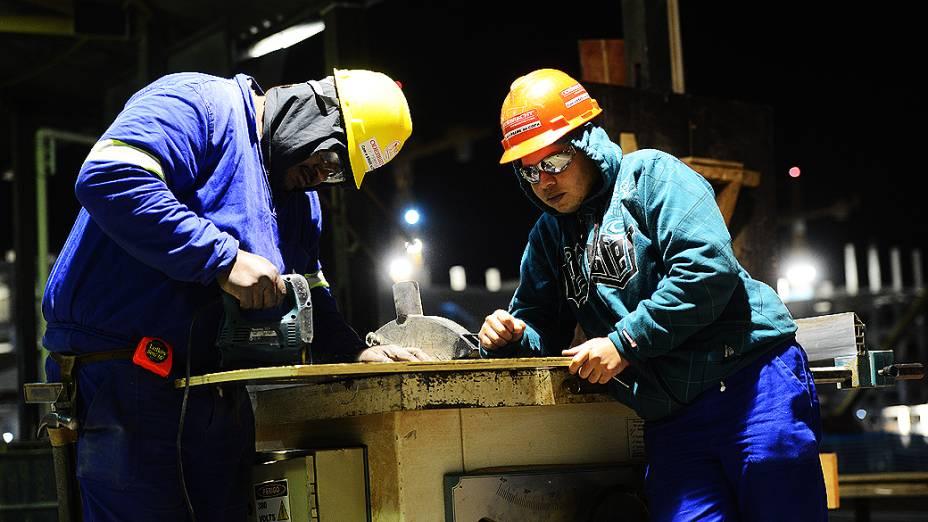 Operários trabalham no setor de armação durante o expediente, na construção do estádio do Itaquerão