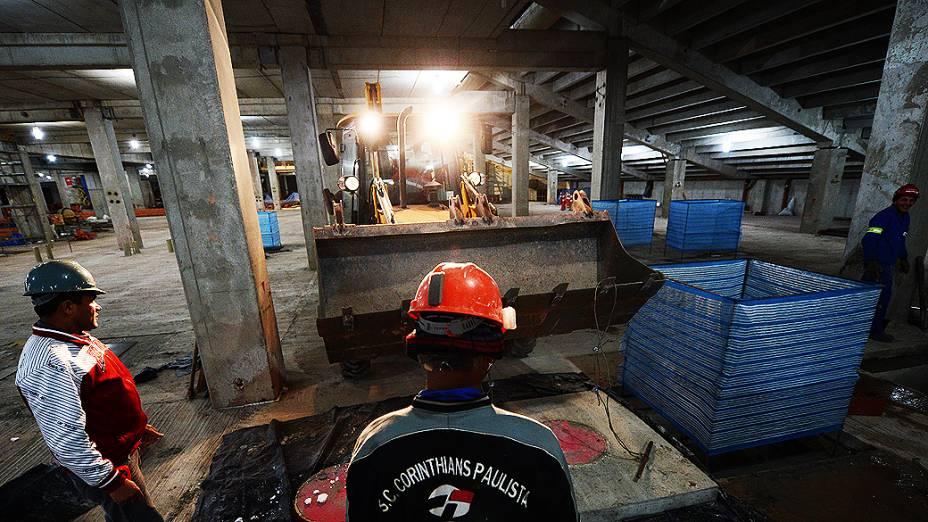 Operários trabalham dia e noite para erguer estádio do Corinthians, em Itaquera, Zona Leste de São Paulo