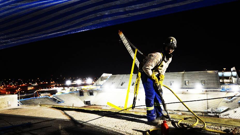 Operário posa para foto no setor oeste durante o expediente, na construção do estádio do Itaquerão