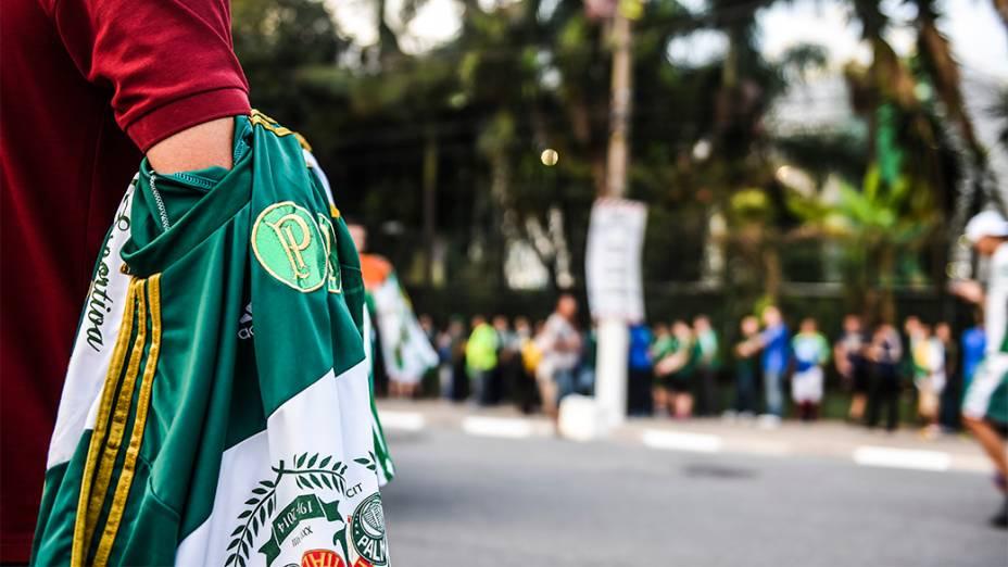 Torcedores chegam na Arena do Palmeiras para a partida de inauguração do estádio, em São Paulo
