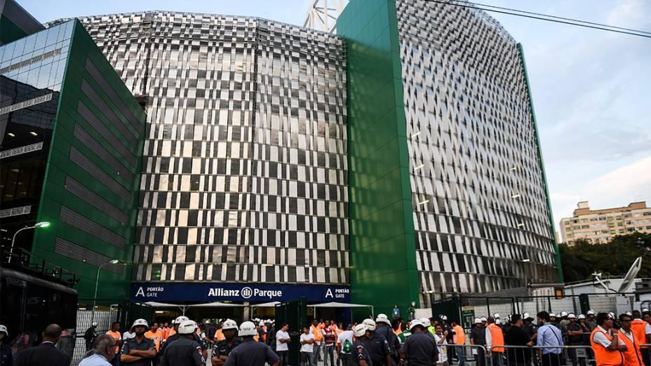 Torcedores chegam na Arena do Palmeiras para a partida de inauguração do estádio em São Paulo