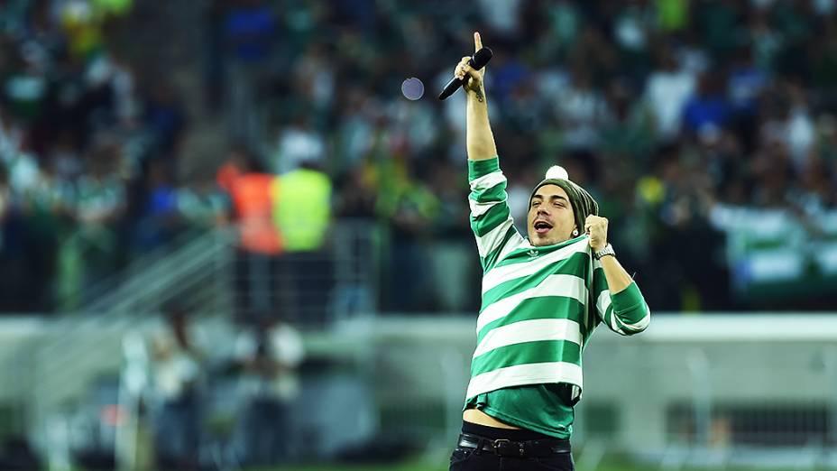 Di Ferrero canta o hino do Palmeiras antes do jogo de inauguração do novo estádio, em São Paulo
