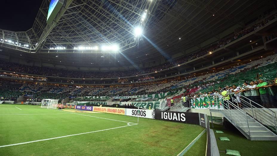 Torcida palmeirense faz um mosaico antes do jogo contra o Sport, na estreia da Arena Palmeiras