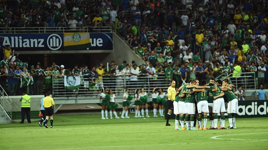 Jogadores do Palmeiras se reúnem antes da partida contra o Sport, na estreia da Arena Palmeiras