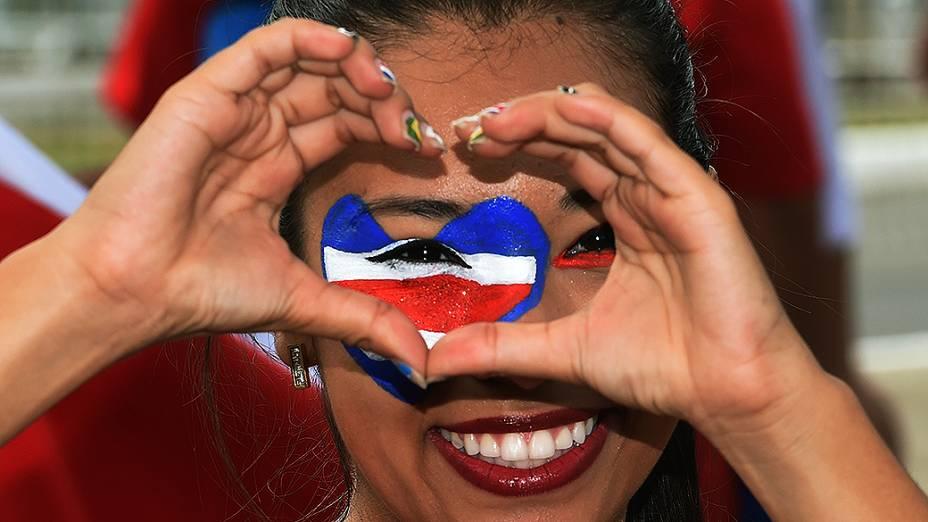 Torcedora da Costa Rica chega na Arena Fonte Nova para o jogo contra a Holanda, em Salvador