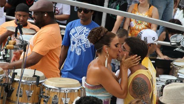 Ivete Sangalo beija o marido, Daniel Cady, em cima de seu trio em Salvador