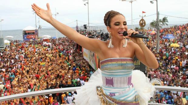 Ivete Sangalo puxa seu trio em Salvador, em 18/02/2012