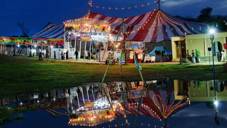Famílias paquistanesas chegam para assistir o Jan Baz Circus em Islamabad, Paquistão