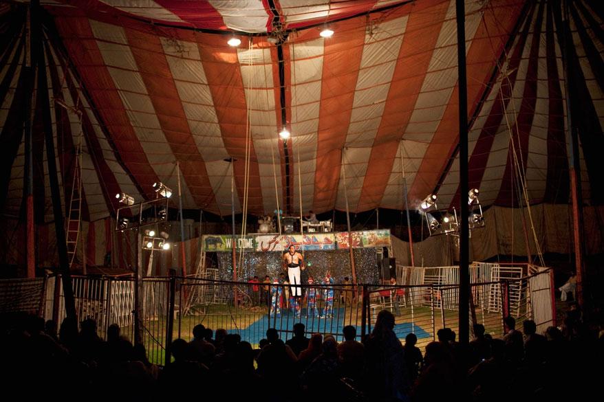 Membros da trupe do Jan Baz Circus se apresentam para a platéia