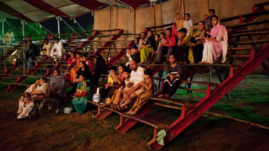 Famílias paquistanesas assistem a apresentação da trupe do Jan Baz Circus