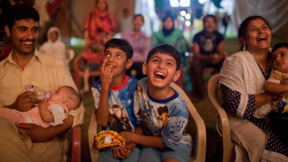 Crianças paquistanesas riem dos artistas circenses da trupe do Jan Baz Circus