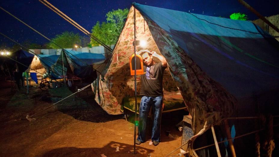 Artista do Jan Baz Circus preparando-se em sua tenda