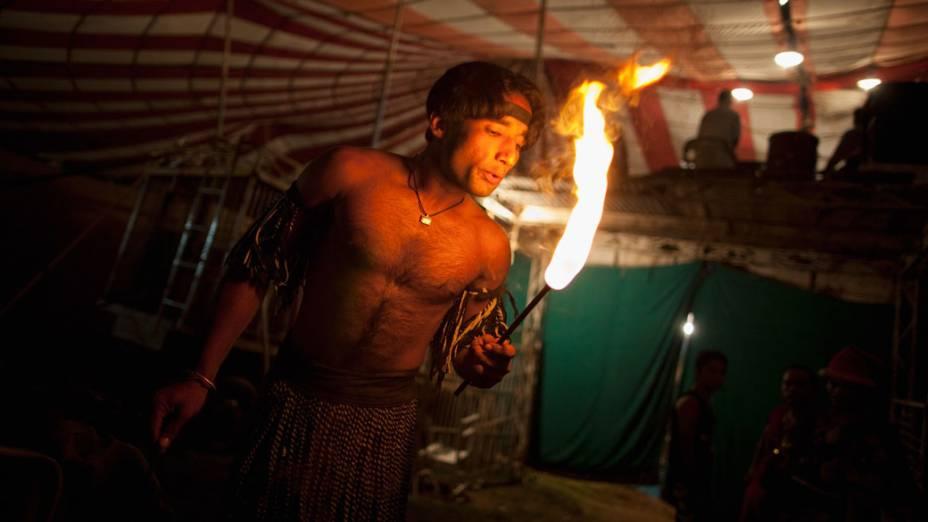 Artista da trupe do Jan Baz Circus se aquece antes da performace de pirofagia