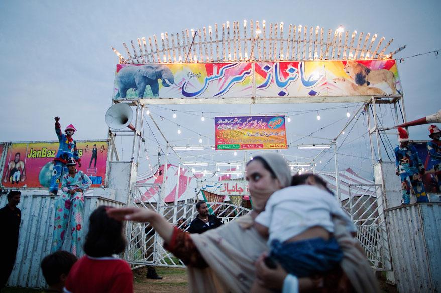 Artistas do Jan Baz Circus tentam atrair telespectadores para o seu show do dia 20 de Julho de 2010