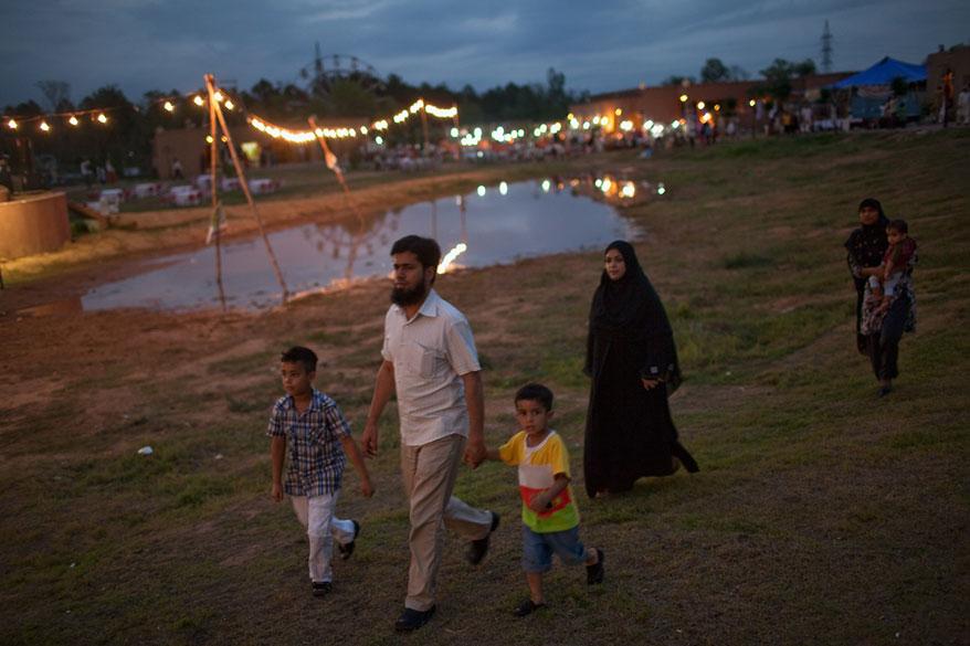 Família paquistanesa a caminho da apresentação do Jan Baz Circus