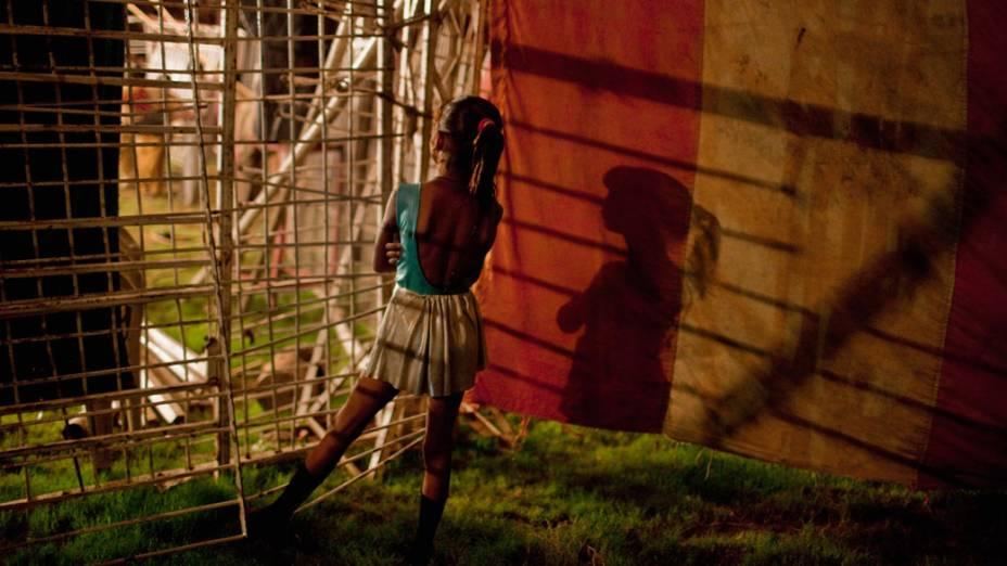 Jovem artista da trupe do Jan Baz Circus aguarda no backstage sua entrada para o palco