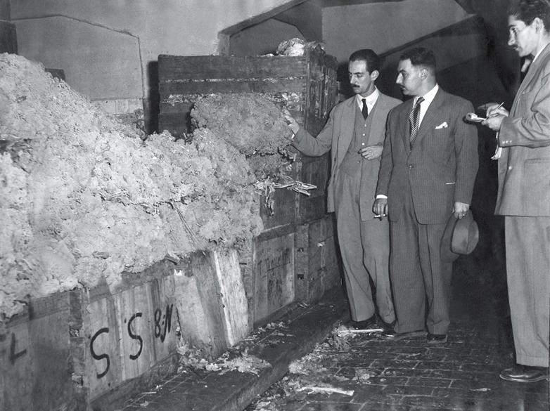 Julho de 1948 - Como vereador, fiscaliza o desperdício de verduras em feiras livres da cidade de São Paulo. Jânio, que tinha sido eleito como suplente, tomou posse depois que os mandatos dos políticos do Partido Comunista Brasileiro foram cassados