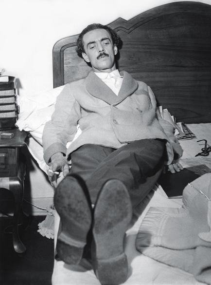 20 de outubro de 1954 - Recém-eleito governador por São Paulo, é fotografado em momento descontraído enquanto se recupera da campanha, na qual teve 660 mil votos