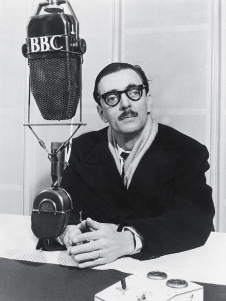 6 de janeiro de 1955 - Nos estúdios da BBC inglesa, Jânio posa para foto antes de conceder entrevista ao Serviço Brasileiro da emissora em Londres, cidade que admirava como poucas
