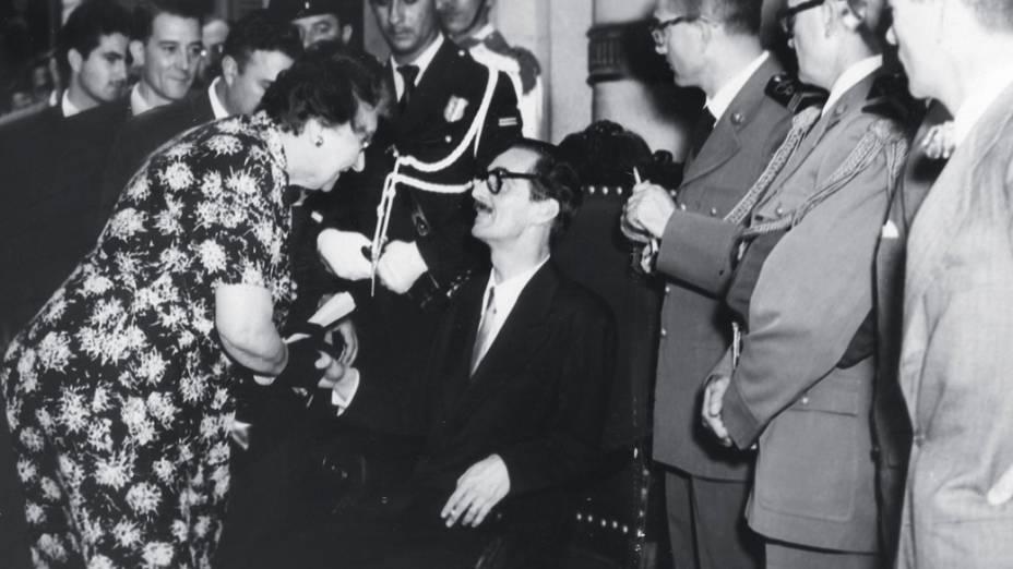 31 de janeiro de 1955 - Jânio recebe os cumprimentos de eleitores e convidados durante a comemoração da posse como governador de São Paulo