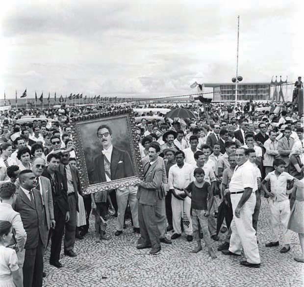 Durante a cerimônia de posse, em Brasília, o presidente, eleito aos 43 anos, com quase 50% dos votos, ainda tinha a imagem de líder carismático capaz de tornar eficiente a mais bisonha repartição pública