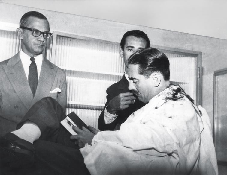 <strong>Fevereiro de 1961</strong> - Jânio vai ao barbeiro Amaro Fernandes para cumprir a promessa de fazer a primeira barba como presidente