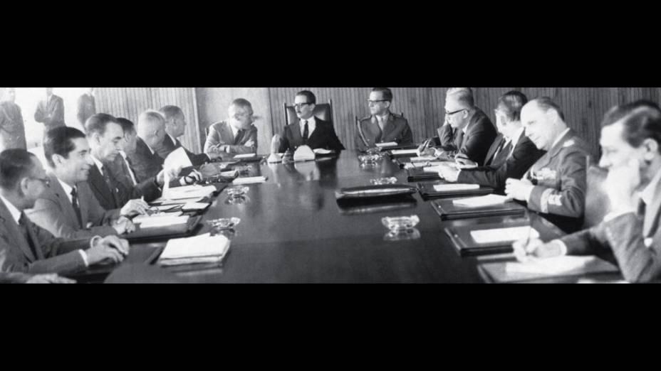 <strong>6 de junho de 1961</strong> -O presidente em reunião com os ministros, palco preferencial da distribuição de bilhetinhos