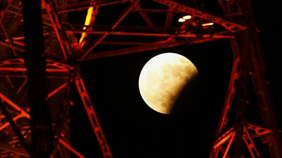 A Lua, 37% coberta pela sombra da Terra durante eclipse parcial visto dos céus de Sapporo, no Japão